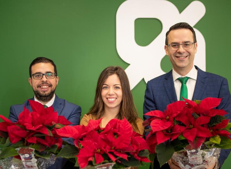 Caixa Popular obsequia a sus clientes con 3.500 flores de Pascua de la Fundación Novaterra