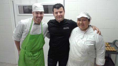 David Ariza con los pinches de cocina de Novaterra
