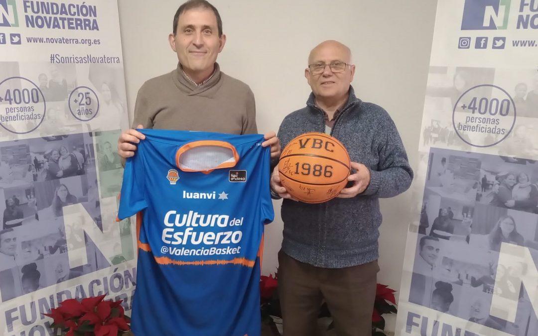 Entregamos el premio de la rifa solidaria del Valencia Basket